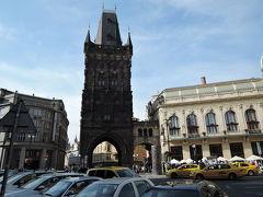 火薬塔 15世紀に建てられた旧市街の城門の1つ、17世紀には火薬倉庫として利用されていました。 真っ黒に煤けた外観、尖塔の形が特徴的です。守護聖人像などの細やかな装飾が施されています。 隣の優美な市民会館と対照的な不思議な雰囲気を醸し出しています。 有料で塔にも登れます。