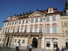 ゴルツキンスキー宮殿 石の鐘の家の隣にあります。18世紀に建てられた貴族の館です。 ピンクの外壁とオレンジの屋根がお洒落です。プラハ国立美術館の分館として使用、17世紀~20世紀のチェコの風景画などのコレクションが展示されています。
