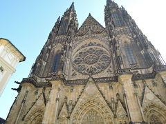 聖ヴィート大聖堂 正面入口、大きいです。全体を撮影しようとしてもこれが精一杯。 長さ125m、幅60m、10世紀に造られたロマネスク様式の教会が始まり、14世紀カレル4世の命によりゴシック様式に改築が始まり、1929年完成しました。荘厳重厚な外観です。