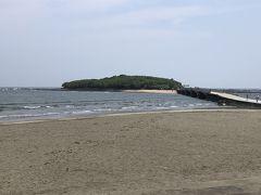 ホテルを出発してやって来たのは青島。 ビーチの先が青島です!