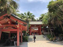 神社にヤシの木って初めて見た! 南国の神社って感じです。