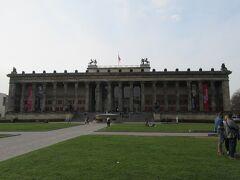 旧博物館 大聖堂の斜め向かいです。