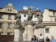 救世主と聖コスマスと聖ダミアン像 カレル橋の両側の欄干に像があります。