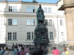 カレル4世の像 カレル橋は1402年造られた全長520m、幅10mプラハで最も古い石造りの橋です。建造を命じたカレル4世の像です。