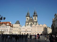 ティーン教会 尖塔が独特の美しさです。広場ではパフォーマンスをしていました。高い台の上に電子レンジ、その上に乗り、調理するというもので、多くの観光客を集めていました。  今日はプラハ城を観光、地元のレストランで昼食、カレル橋をプラハ城側→旧市庁舎側→旧市庁舎のある旧市街広場に行きました。 1日歩き回り疲れました。