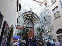 ティーン教会入口 昨日音楽会をやっていて入れなかったティーン教会にもう1度行ってみました。 今日は入れました。中は残念ながら撮影禁止。 豪華な主祭壇、プラハ最古のパイプオルガンが印象的でした。  今日はプラハ観光最終日、夜景を見に行きます。