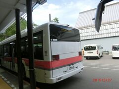 黒部ダムからはどのバスに乗ってもいいので 何とか座れるバスに乗り込みました。 関電トンネルトロリーバスと昔言われた電気バスです。