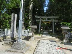 今朝、2日目の朝、宇奈月からバスで立山駅に行きます。 途中、立山連峰を遠くに眺めながら1時間強走ります。 途中、雄山神社の前を通りました。 雄山は立山連峰の主峰で標高3003mです。 その雄山に関連する神社で立山駅方面には多くの雄山神社があります。