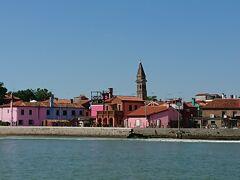 ブラーノ島が見えてきました。どう見ても塔が傾いているように見える。