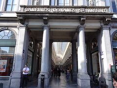 広場の脇に入り口が・・ここが・・有名な・・ ギャルリー・サンチュベール