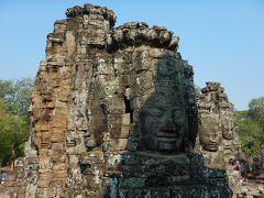 第二回廊上部のテラスには大小16の四面仏塔が並んでいます。