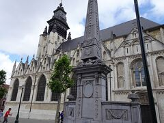 王宮までは上っていかず右折しまして・・ ノートルダム・ド・ラ・シャベル教会 ロマネスク様式の翼廊は13世紀に ゴシック様式の内陣は15世紀に 尖塔は16世紀に完成の 歴史ある教会