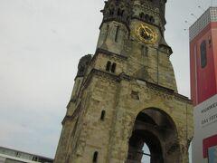 カイザー ヴィルヘルム記念教会です。第二次世界大戦で被災しました。戦争の悲劇を忘れないように当時のままの姿を保っています。バスから撮影しました。