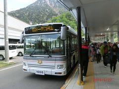 立山黒部アルペンルートで立山、美女平、室堂、大観峰、黒部平、黒部ダムと 富山県側を行き、最後の長野県の扇沢までは 関電トンネルトロリーバスで行きます。 赤沢岳の下のトンネル6.1kmを16分で行きます。 黒部ダムではバスがいっぱい出ておりどれに乗ってもいいようになっていました。 なんとか座れました。