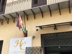 パレルモのホテルは、なんと2泊朝食付きで一室76ユーロ。あまりの安さに驚きましたが、画像で見る室内の様子も綺麗なので決定。チャレンジャーでした。 Hotel Columbia.