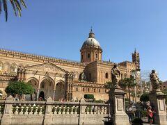西へ歩くとすぐにパレルモ大聖堂があります。 全容が入りきらないほど大きな聖堂です。