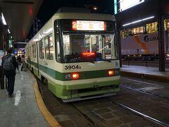 広島に到着~ 市電で移動します。  小銭をつくるために焼酎買ったのに、 Suicaに対応してた。