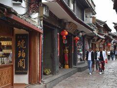 土産物店などが並ぶ通り。近年では中国全土から多くの観光客が集まり、旧市街の範囲は周辺にどんどん拡大しているという。旧市街が新たに拡大というのも変な話ではあるが、人気にあやかって市内全域が旧市街風に作り替えられているらしい。テーマパーク化しているとの批判もあるようだが、それでも古城内をぶらぶらと歩くのは楽しい。
