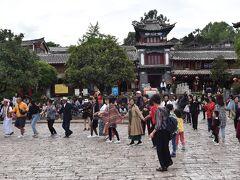 古城の中心である広場・四方街へと到着。人民がダンスを踊る。元々は近隣の人々や中継貿易の商人による交易の場であったらしい。
