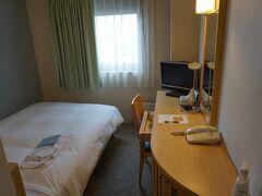 チェックイン時間になったのでホテルへ。  この日はチサンホテル。 寝るだけなら十分すぎる感じです。 ベッドサイドにコンセントもあってよかった。