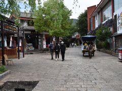 同じ旧市街だが、こちらのほうが人も少なく、観光用の馬も走ったりとのんびりとしている。混雑している麗江古城を避け、こちらに宿をとる人も多いらしい。
