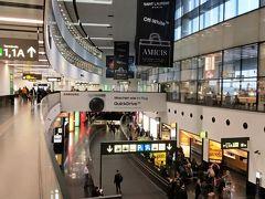 ウィーン空港です。 時間はタップリあるので嫁が最後の買い物をしてるのを2階から見てました。 本当は荷物番です( 笑 )