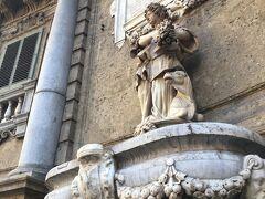 マクエダ通りとヴィットリオエマヌエル通りの交差点クワットロカンティの四つの角に、それぞれ3つの彫刻が施されているビルがあり、観光客の目印になってます。