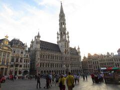 グランプラスを囲む建物群。 ブリュッセル市庁舎です。