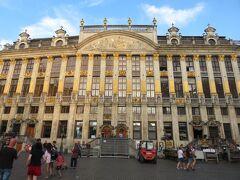 ブラバン公爵の館です。  正面に歴代のブラバン公の胸像が飾られていて、中は6つの建物に分かれているとのこと。