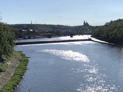 ブルタバ川のフラーヴクーフ橋を渡ります。