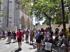 ただしこちらはゼネコンのための工事ではない! 4月15日に発生した火災のため現在修復工事中のパリ・ノートルダム寺院だ  修復中のため立ち入り規制されていたが、それでも多くの観光客が押し寄せていた