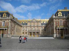 オーディオガイド(5ユーロ)を借りたり、トイレに行ったりしてここは宮殿中庭。並んでからここまで約20分。