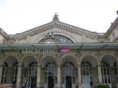 最初のホテル「オテル・ド・ヨーロッパ」に泊まるのは今日まで。東駅の利用は今日で終わり。明日からはもっと北にある「ヴィラ・モンマルトル」。トランク引きずって探すのは嫌なので、どんなところか先に見ておこう。  駅はメトロ4号線の終点の3駅手前の「シャトー・ルージュ」。時間は夕方6時半ごろ。まだ全然明るい時間だが雨。駅を出るとたくさんの人が軒下で雨宿りをしている。ほとんどが黒人だ。駅からの地図上のルートは駅前から斜め左下に行って右に上がるか、斜め左上に行って左に下がるかの2通り。たむろしている人たちの間の道を斜め左下の道でいくと実際は上り坂で、通りには理髪店と美容院が立ち並び通りまで人が溢れている。キャンセル料は戻らないけどホテルを変えた方がいいかなと思った。その間を通って進み上の通りに出るとホテルとレストランが立ち並び、オープンカフェでは若い白人男女がくつろいでいる。旅行客のようだ。一安心。明日から泊まるホテルを確認して素通りし、逆のルートで駅まで歩いた。こっちのルートはさっきのルートより悪くない。なんとか大丈夫だろう。と思うことにした。