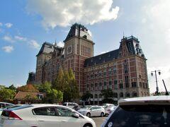 12:30、高速道路をとばし、やってきましたアムステルダム! もとい、【ハウステンボス】! 「森の家」という意味の、長崎県佐世保市にあるテーマパーク。 入り口にあるのは「ホテルオークラ」