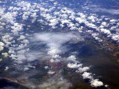 最寄りの空港、ナポリに向かった飛行機が、オーストリアを越えてイタリアに入り、ベネチアの上空に差し掛かりました。 あいにく、それまでなかった雲が海上で出ていました。