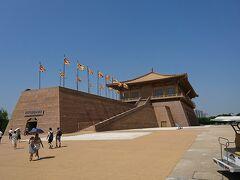 唐の都・長安北東にあった宮殿跡。こちらも城壁しか残ってなく、写真の建物は博物館。 城跡は世界遺産です。