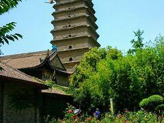 三蔵義浄が経典などを保管する為に建立した塔。 かつて地震で塔が2つに裂けたが、再度の地震でくっついて元の姿に戻ったという逸話がある。
