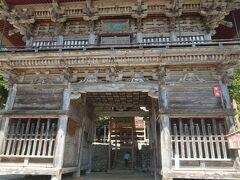慈恩寺の正門 とても大きく立派です。 5月5日に舞楽があるそうで、舞台が設置されていました。