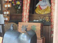 くねくね道を上って、若松寺に来ました。  地蔵堂(子育て地蔵) おなかの上にちょこんと乗っている子がかわいい。