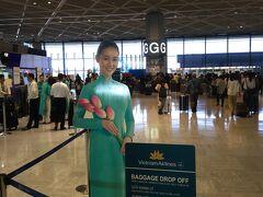旅は成田から。 ベトナム航空は24時間前からwebチェックインが可能です。私は可能であれば事前にやることが多いんだけど。やらない人多いんだねぇ。普通のカウンターの方すごく混んでたよ。 今回、ベトナム航空HPでチケットを取ったんだけど。成田→ハノイはベトナム航空ですが、ハノイ→ルアンパバーンはラオス航空の運航だったので、座席指定はおろか搭乗券も成田ではもらえませんでした。(荷物は最終目的地までスルーだったのだけど) ハノイでトランスファーデスクへ行ってくださいとのこと。