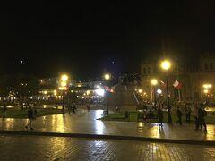 20分ほどでアルマス広場に到着して、その美しさに感動!  写真ではうまく撮れていないけど、広場もさることながら、その背後に灯った山間の家々の明かりが見事で、キレイすぎる!  これまでいろんな国を訪れてきたけど、こんなに美しい広場はなかなかないですよ! はるばる来た甲斐がありました!