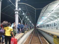駅にはポーターがいるので、荷物を持ってもらい乗車準備。