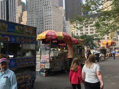 公園の入り口にはフードトラックもたくさん出ています。