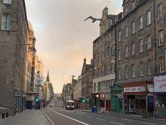 スコットランドの朝は遅くて6時くらいにならないと明るくならない。エジンバラ大学そばのホテルを出発してカールトンヒルにむかう。