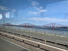 バスの車窓から世界遺産・フォース鉄橋。全長1.6km、高さ46mで1890年の開通当時は世界最長を誇った。