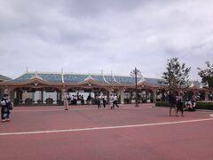 千葉県浦安市舞浜『東京ディズニーランド』の写真。  この時間は空いていますね。  こちらの前を通って・・・。
