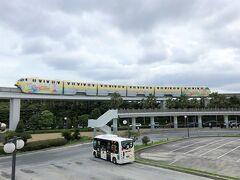 千葉県浦安市舞浜「ディズニーリゾートライン」の写真。  2019年8月27日までは「ダッフィーのサニーファン・ライナー」 バージョン。  こちらのロータリーはオフィシャルホテル行きバス乗り場です。 前回『ヒルトン東京ベイ』に宿泊した際はこちらから無料の シャトルバスを利用しましたが、『ハイアット プレイス 東京ベイ』の 無料のシャトルバスは、「東京ディズニーランド・ステーション」駅 よりもさらに先にあるTDLの駐車場になります。 (舞浜駅南口改札を右に出て10分ぐらい歩く)  <『ヒルトン東京ベイ』宿泊記(1)ヒルトン・オナーズの ダイヤモンドメンバーのアップグレード特典でホテルライフを楽しもう 〔第5弾〕クラブラウンジ>  https://4travel.jp/travelogue/11448936
