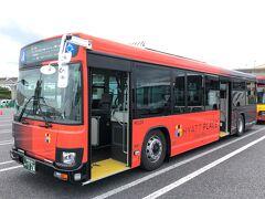 「東京ディズニーランド」の駐車場に入ってきた 『ハイアット プレイス 東京ベイ』の無料シャトルバス乗り場の写真。  私たちがホテルに向かう時間帯は、1時間に1本しかなく、出発時間の 5分前ぐらいにやってきました。  『ハイアット プレイス 東京ベイ』のバスの車体はオレンジっぽい色と ダークグレー?でホテル名がサイドに入っています。 デザイナーのコシノジュンコさんが手掛けたそう。  ちなみに、後ろに停車している『東京ベイ 東急ホテル』の 無料シャトルバスも似たようなカラーです。 車体に明記された「HYATT PLACE Tokyo Bay」の文字とシャトルバス の前面の行き先を確認しましょう♪