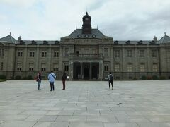 文翔館   設計は、米沢市出身の中條精一郎を顧問として東京都出身の田原新之助が担当。  初代県令三島通庸の命により、 明治10年に山形県庁舎が、また16年に県会議事堂が建設。 明治44年5月の山形市北大火により両棟とも消失。 復興が計画され、大正2年4月に着手、大正5年6月に完成。  こちらは旧県庁舎。