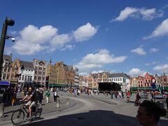 マルクト広場に出ました。広々としています。 ヨーロッパでも五つの指に入るという美しい広場です。。 ちなみに・・ブリュッセルのグランプラスは世界一だったね・・